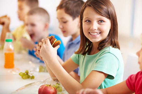 Le service de cuisine d'établissement sont des menus élaborés avec l'aide d'une nutritionniste spécialisée selon les recommandations du Guide alimentaire canadien. Pour les écoles, CPE, garderies, résidences et les popotes roulantes.