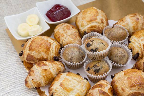 Plateau de viennoiseries (chocolatines, croissants et muffins assortis) de chez Traiteur BIS