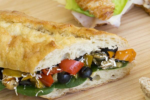 Plusieurs variétés de sandwichs parmis les buffets froids préparés par un traiteur de Montréal. Découvrez le menu Le Raffiné.