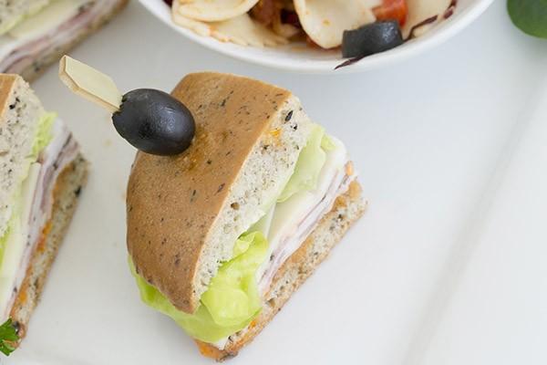 Le buffet froid Le Gourmet comprend une variété d'hors d'œuvres (crudités et trempette, plateau de fromages, viandes froides, mini choux au poulet ou au thon, ...) et de sandwichs sur baguette