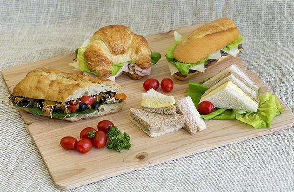 Service de boites à lunch, une variété de sandwichs, Traiteur à Montréal. Occasion idéal pour vos conférences ou colloques.